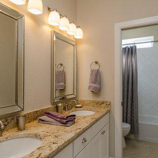 Immagine di una stanza da bagno padronale classica di medie dimensioni con ante in stile shaker, ante bianche, vasca da incasso, doccia alcova, WC a due pezzi, piastrelle beige, piastrelle in ceramica, pareti beige, pavimento in travertino, lavabo sottopiano e top in granito