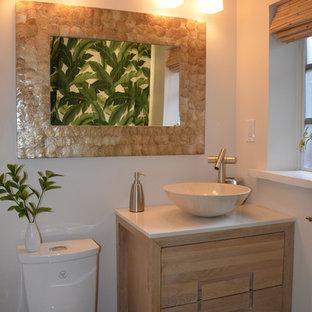 Esempio di una piccola stanza da bagno tropicale con consolle stile comò, ante in legno chiaro, doccia alcova, piastrelle bianche, piastrelle diamantate, pareti beige, pavimento in gres porcellanato, lavabo a bacinella e top in quarzo composito