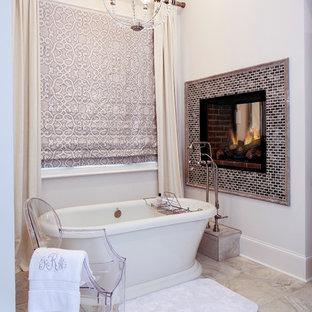 Diseño de cuarto de baño tradicional renovado con bañera exenta y baldosas y/o azulejos blancos