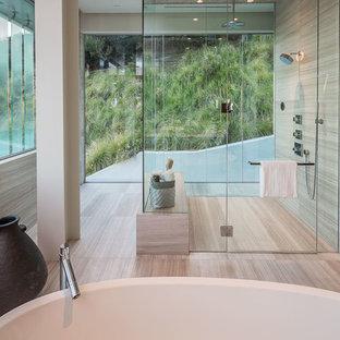 Idéer för ett stort modernt en-suite badrum, med släta luckor, skåp i mellenmörkt trä, ett fristående badkar, våtrum, beige väggar, vinylgolv, ett fristående handfat och bänkskiva i kvarts