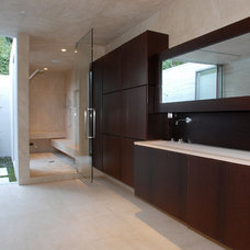 Modern Bathroom by Tocha Project