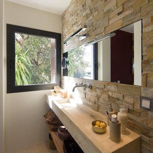 Imagen de cuarto de baño con ducha, actual, pequeño, con armarios tipo vitrina, sanitario de dos piezas, paredes marrones, suelo de cemento y lavabo integrado