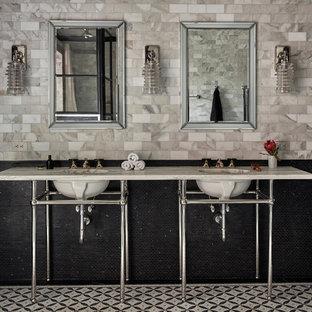 Esempio di una stanza da bagno padronale classica di medie dimensioni con doccia ad angolo, piastrelle grigie, piastrelle bianche, piastrelle diamantate, lavabo a consolle, vasca freestanding, WC a due pezzi, pareti grigie, pavimento con piastrelle a mosaico e top in marmo