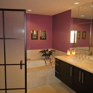 Foto di una stanza da bagno padronale moderna con ante lisce, ante marroni, vasca sottopiano, doccia ad angolo, WC monopezzo, piastrelle multicolore, pareti multicolore, pavimento in marmo, lavabo sottopiano, top in marmo, pavimento arancione, porta doccia a battente e top beige