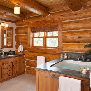 他の地域のラスティックスタイルのおしゃれなマスターバスルーム (シェーカースタイル扉のキャビネット、中間色木目調キャビネット、アンダーマウント型浴槽、アンダーカウンター洗面器) の写真