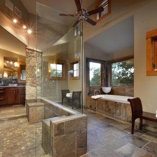 Esempio di una stanza da bagno stile rurale con lavabo a bacinella, vasca ad alcova, doccia doppia, piastrelle marroni, ante in legno bruno, pavimento marrone e piastrelle in ardesia