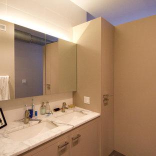 Пример оригинального дизайна: главная ванная комната среднего размера в стиле лофт с плоскими фасадами и бежевыми фасадами