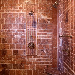 Ispirazione per una stanza da bagno padronale mediterranea di medie dimensioni con lavabo sottopiano, top in marmo, doccia alcova, WC a due pezzi, piastrelle rosse, piastrelle in pietra e pavimento in terracotta
