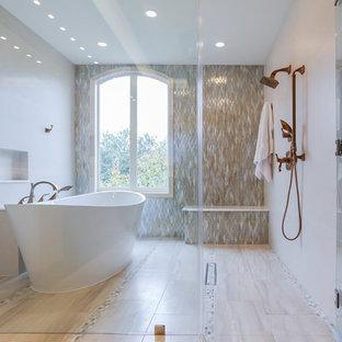 Idéer för att renovera ett stort vintage grå grått en-suite badrum, med ett undermonterad handfat, möbel-liknande, vita skåp, marmorbänkskiva, ett fristående badkar, en dusch/badkar-kombination, en toalettstol med separat cisternkåpa, grå kakel, grå väggar, klinkergolv i porslin, porslinskakel, grått golv och dusch med gångjärnsdörr