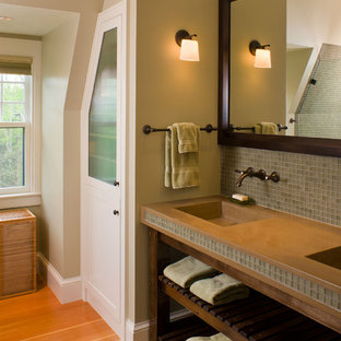 Imagen de cuarto de baño rural con encimera de cemento y baldosas y/o azulejos en mosaico