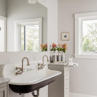 Ispirazione per una stanza da bagno per bambini country di medie dimensioni con pavimento in gres porcellanato, lavabo sospeso, pavimento grigio, ante in stile shaker, ante grigie e pareti grigie