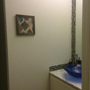 Diseño de cuarto de baño con ducha, contemporáneo, pequeño, con armarios con paneles lisos, puertas de armario blancas, paredes grises, lavabo con pedestal, baldosas y/o azulejos beige, baldosas y/o azulejos de travertino, suelo de baldosas de cerámica, encimera de cuarcita, suelo beige y ducha con puerta con bisagras