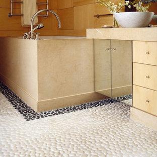 Idee per una grande stanza da bagno padronale classica con ante di vetro, vasca sottopiano, pareti marroni, pavimento con piastrelle di ciottoli, lavabo a bacinella, top in marmo, pavimento bianco e top beige