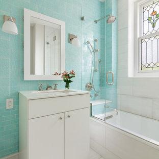 Foto di una stanza da bagno con doccia design di medie dimensioni con ante lisce, ante bianche, vasca ad alcova, vasca/doccia, piastrelle blu, piastrelle in ceramica, lavabo sottopiano, pavimento bianco, porta doccia a battente e top bianco
