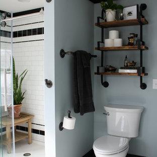 Foto di una stanza da bagno padronale industriale di medie dimensioni con doccia alcova, WC a due pezzi, piastrelle bianche, piastrelle diamantate, pareti blu, pavimento in laminato, lavabo a consolle, top in marmo, pavimento bianco, porta doccia scorrevole e top bianco