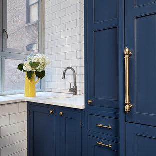 Ejemplo de cuarto de baño con ducha, actual, pequeño, con armarios con paneles empotrados, puertas de armario azules, suelo de madera oscura, suelo marrón, baldosas y/o azulejos blancos, baldosas y/o azulejos de cemento, paredes blancas, lavabo bajoencimera y encimera de cuarcita