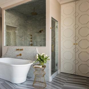 Diseño de cuarto de baño principal, clásico renovado, grande, con puertas de armario beige, bañera exenta, ducha doble, baldosas y/o azulejos blancos, paredes beige, suelo de mármol y encimera de mármol