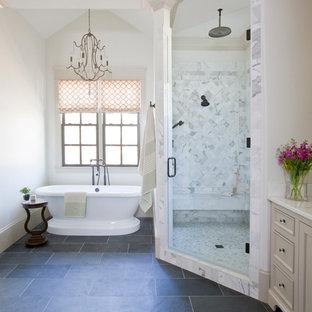 Aménagement d'une salle de bain classique avec un placard avec porte à panneau encastré, des portes de placard beiges, un plan de toilette en marbre, une baignoire indépendante, une douche d'angle, un carrelage blanc, un carrelage de pierre, un mur blanc, un sol en ardoise et un sol gris.