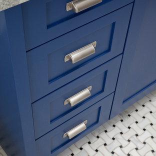 Foto di una stanza da bagno country con lavabo sottopiano, ante in stile shaker, ante blu, top in marmo, piastrelle bianche, piastrelle in pietra, pareti bianche e pavimento con piastrelle a mosaico