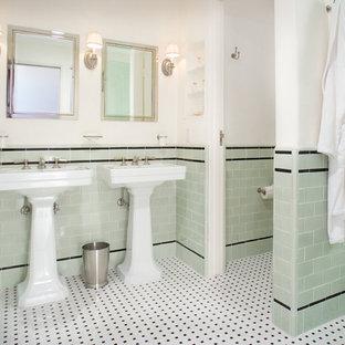 Ispirazione per una stanza da bagno tradizionale con lavabo a colonna, piastrelle verdi, piastrelle diamantate, pareti verdi, pavimento con piastrelle a mosaico e pavimento multicolore
