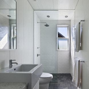 Exemple d'une salle de bain bord de mer avec un carrelage métro.