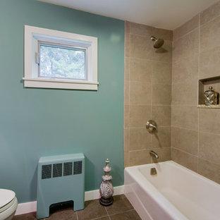 Foto de cuarto de baño actual, pequeño, con bañera esquinera, combinación de ducha y bañera, sanitario de una pieza, baldosas y/o azulejos beige, paredes azules y suelo de baldosas de cerámica