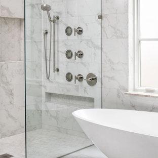Idéer för mellanstora funkis vitt en-suite badrum, med släta luckor, vita skåp, en kantlös dusch, en toalettstol med separat cisternkåpa, blå kakel, porslinskakel, vita väggar, klinkergolv i keramik, ett undermonterad handfat, bänkskiva i akrylsten, vitt golv och dusch med gångjärnsdörr