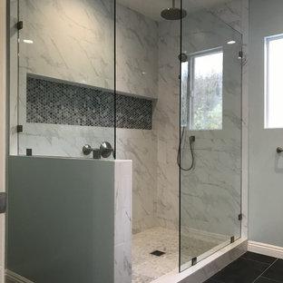 Exempel på ett stort modernt grå grått en-suite badrum, med vita skåp, en öppen dusch, en toalettstol med separat cisternkåpa, vit kakel, marmorkakel, skiffergolv, ett undermonterad handfat, marmorbänkskiva, svart golv, med dusch som är öppen, blå väggar och möbel-liknande