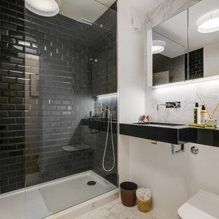 Idee per una stanza da bagno con doccia design di medie dimensioni con nessun'anta, ante nere, doccia alcova, WC sospeso, piastrelle nere, piastrelle diamantate, pareti bianche, lavabo integrato, pavimento beige e top nero