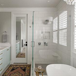 Inspiration för mellanstora klassiska vitt en-suite badrum, med luckor med infälld panel, turkosa skåp, ett fristående badkar, en hörndusch, vit kakel, keramikplattor, grå väggar, klinkergolv i porslin, ett undermonterad handfat, bänkskiva i kvarts, grått golv och dusch med gångjärnsdörr