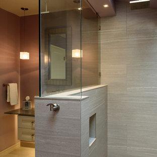 Idéer för att renovera ett mellanstort funkis badrum med dusch, med luckor med infälld panel, grå kakel, porslinskakel, lila väggar, klinkergolv i porslin, ett fristående handfat, bänkskiva i glas, grå skåp och en öppen dusch