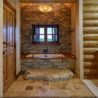 Неиссякаемый источник вдохновения для домашнего уюта: большая главная ванная комната в стиле рустика с фасадами в стиле шейкер, фасадами цвета дерева среднего тона, полновстраиваемой ванной, угловым душем, раздельным унитазом, коричневой плиткой, коричневыми стенами, полом из сланца, врезной раковиной, мраморной столешницей, коричневым полом и душем с распашными дверями
