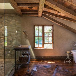 Ejemplo de cuarto de baño rústico con lavabo encastrado, bañera exenta, ducha abierta, baldosas y/o azulejos beige, suelo de madera oscura, paredes marrones y ducha abierta