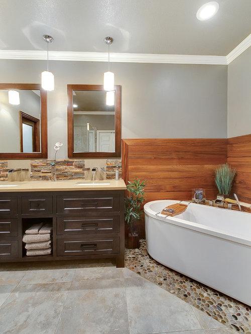 Salle de bain avec une baignoire d 39 angle et un sol en - Petite salle de bain avec baignoire d angle ...
