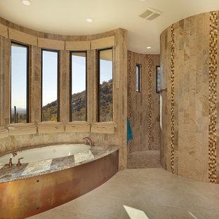 Aménagement d'une très grand salle de bain principale sud-ouest américain avec un placard avec porte à panneau encastré, des portes de placard en bois clair, une baignoire encastrée, une douche ouverte, un WC séparé, un carrelage beige, des carreaux de porcelaine, un mur beige, un sol en carrelage de porcelaine, un lavabo encastré et un plan de toilette en granite.