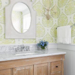Imagen de cuarto de baño costero con lavabo bajoencimera, armarios estilo shaker, puertas de armario de madera oscura y paredes multicolor
