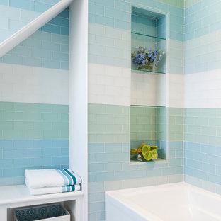 Idee per una stanza da bagno stile marino con vasca ad alcova, piastrelle multicolore, piastrelle di vetro e pavimento con piastrelle a mosaico