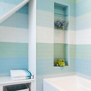 Modelo de cuarto de baño marinero con bañera empotrada, baldosas y/o azulejos multicolor, baldosas y/o azulejos de vidrio y suelo con mosaicos de baldosas