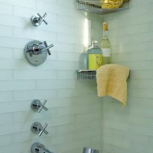 Idee per una stanza da bagno padronale tradizionale con vasca sottopiano, vasca/doccia, piastrelle di vetro, piastrelle verdi e top alla veneziana