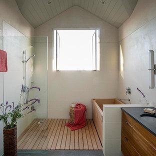 Idee per una stanza da bagno padronale country di medie dimensioni con ante in legno scuro, doccia aperta, vasca giapponese, ante lisce, pareti grigie, WC a due pezzi, pavimento in ardesia, lavabo sottopiano, top in superficie solida e doccia aperta