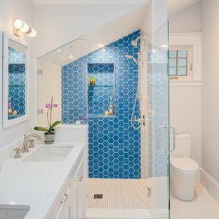 Esempio di una grande stanza da bagno con doccia tradizionale con piastrelle in pietra, pareti bianche, lavabo sottopiano, top in quarzite, pavimento bianco, top bianco, ante in stile shaker, ante bianche, doccia alcova, WC a due pezzi, piastrelle blu e porta doccia a battente