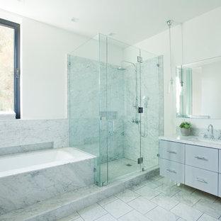 Ispirazione per una grande stanza da bagno padronale design con lavabo sottopiano, ante lisce, ante grigie, vasca ad alcova, doccia alcova, piastrelle bianche, pareti bianche, pavimento in marmo, top in marmo e piastrelle di marmo