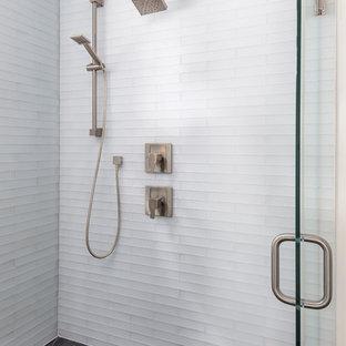Immagine di una stanza da bagno padronale minimalista con ante in stile shaker, ante bianche, vasca giapponese, doccia alcova, piastrelle bianche, piastrelle diamantate, pareti bianche, pavimento in gres porcellanato, lavabo sottopiano, top in quarzite e porta doccia a battente