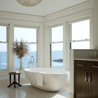 Idee per una stanza da bagno chic con vasca freestanding e pavimento con piastrelle di ciottoli