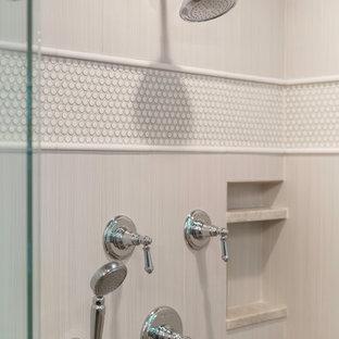 Idéer för ett mellanstort klassiskt en-suite badrum, med ett undermonterad handfat, släta luckor, grå skåp, bänkskiva i kvartsit, ett fristående badkar, en toalettstol med separat cisternkåpa, brun kakel, stenkakel, grå väggar och kalkstensgolv