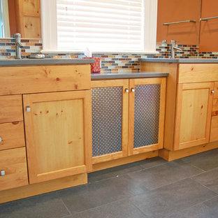 Immagine di una stanza da bagno padronale classica di medie dimensioni con lavabo sottopiano, ante con riquadro incassato, ante in legno chiaro, top in quarzite, piastrelle marroni, piastrelle di vetro, pareti arancioni e pavimento con piastrelle in ceramica