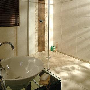 Foto di una stanza da bagno padronale tradizionale di medie dimensioni con lavabo sospeso, nessun'anta, ante in legno scuro, top in vetro, doccia a filo pavimento, piastrelle beige, piastrelle in ceramica, pareti beige e pavimento con piastrelle in ceramica