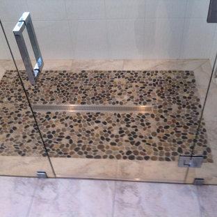 Idee per una stanza da bagno con doccia chic di medie dimensioni con ante di vetro, doccia alcova, piastrelle bianche, piastrelle in ceramica, pareti bianche, pavimento con piastrelle di ciottoli, pavimento marrone e porta doccia a battente