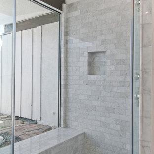 Imagen de cuarto de baño principal, actual, grande, con armarios estilo shaker, puertas de armario blancas, ducha esquinera, baldosas y/o azulejos blancos, baldosas y/o azulejos de mármol, paredes marrones, suelo con mosaicos de baldosas, lavabo bajoencimera, encimera de ónix, suelo gris, ducha con puerta con bisagras y encimeras marrones
