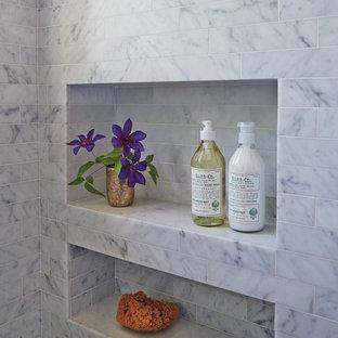 Idées déco pour une salle de bain principale classique de taille moyenne avec un placard à porte affleurante, des portes de placard blanches, une baignoire en alcôve, un combiné douche/baignoire, un WC suspendu, un carrelage gris, un carrelage de pierre, un mur blanc, un sol en marbre, un lavabo encastré et un plan de toilette en marbre.
